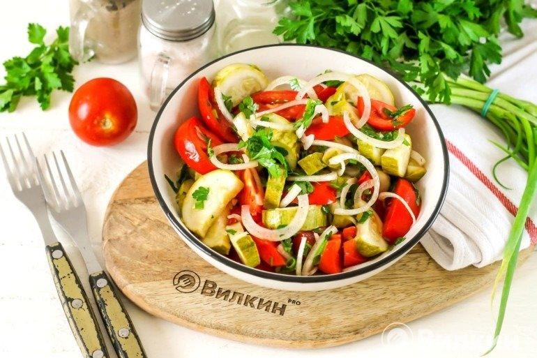Горячий салат из кабачков: идеально подойдет для легкого ужина и перекуса