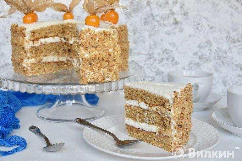 Кусочек морковного торта на десерт