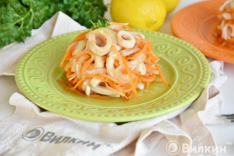 Острый салат с кальмарами и морковью