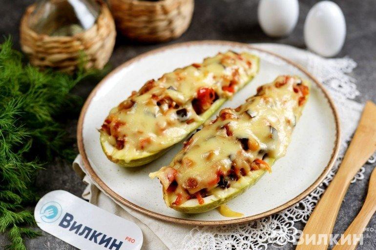 Запеченные кабачковые лодочки с овощами