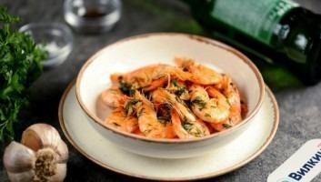 Креветки, жареные на сливочном масле с чесноком
