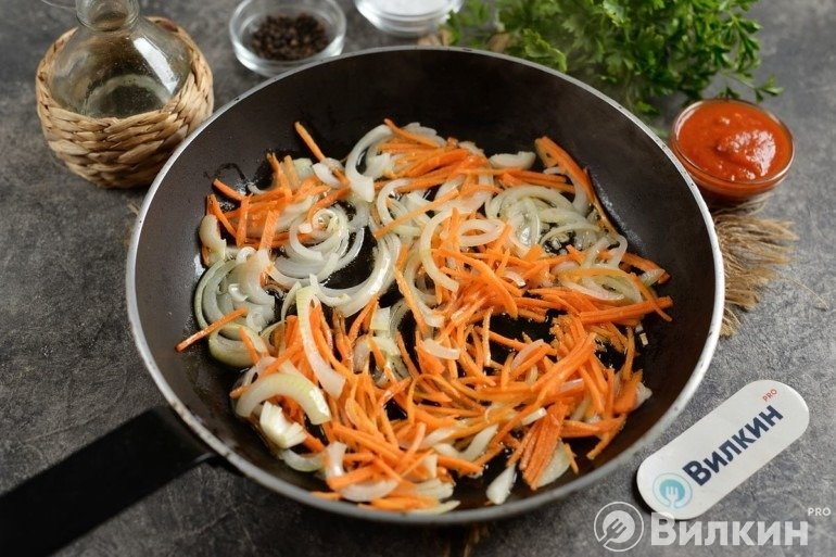 Лук с морковью на сковороде