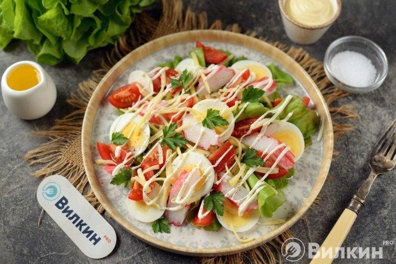 Салат из крабовых палочек, помидоров, яиц и сыра