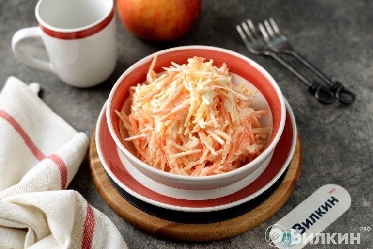 Салат из моркови, яблока и сыра