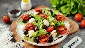 Салат с сыром моцарелла и помидорами черри