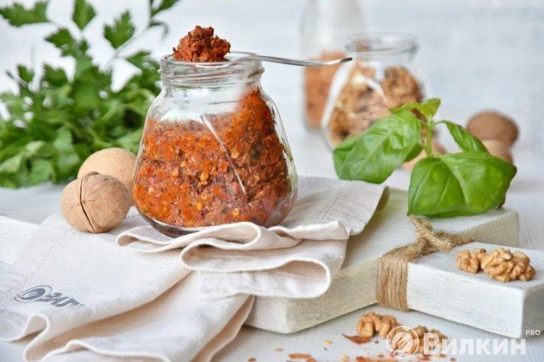 Домашняя аджика из горького перца и чеснока