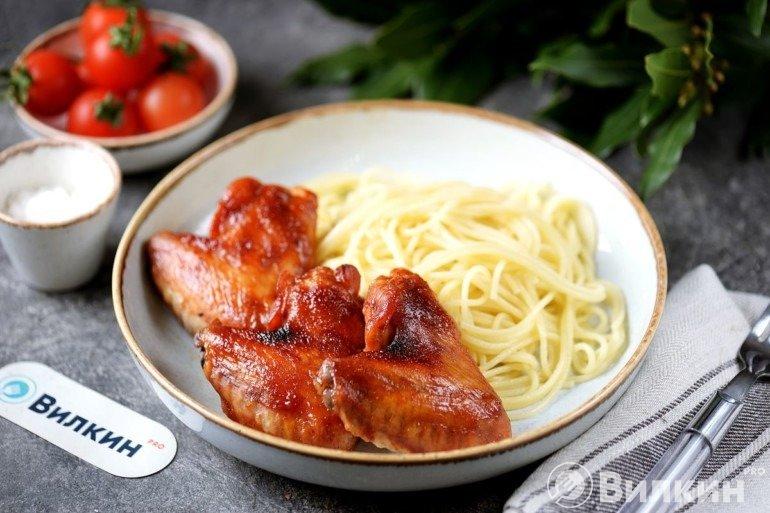 Крылышки, запеченные в медово-соевом соусе с кетчупом