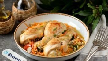 Жареные куриные ножки на сковороде под овощным соусом