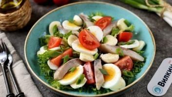 Легкий салат с селедкой