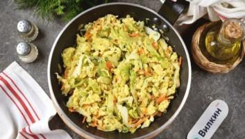 Жареная капуста с яйцом на сковороде