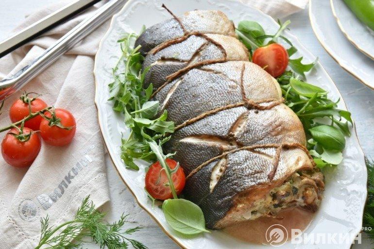 Запеченная рыба с орехово-грибной начинкой