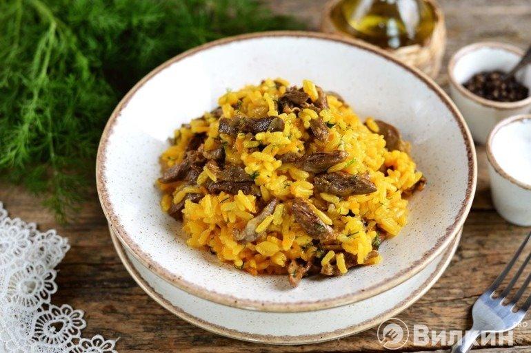 Куриные сердечки с рисом на сковороде
