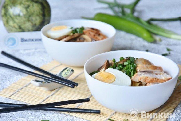 Разливка супа в тарелки