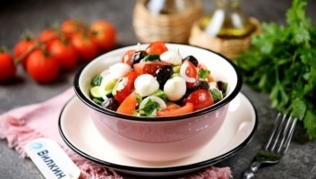 Салат из свежих огурцов и помидоров с моцареллой