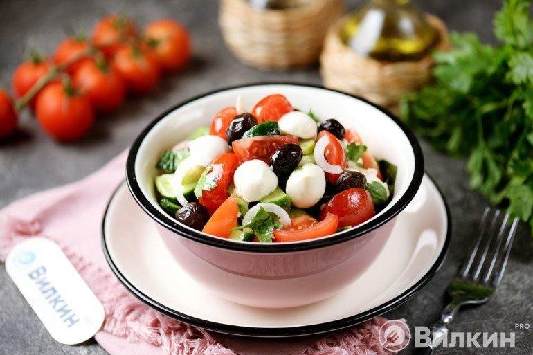 Готовый салат с сыром моцарелла и овощами