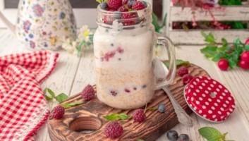 Ленивая овсянка на молоке с йогуртом в банке на завтрак