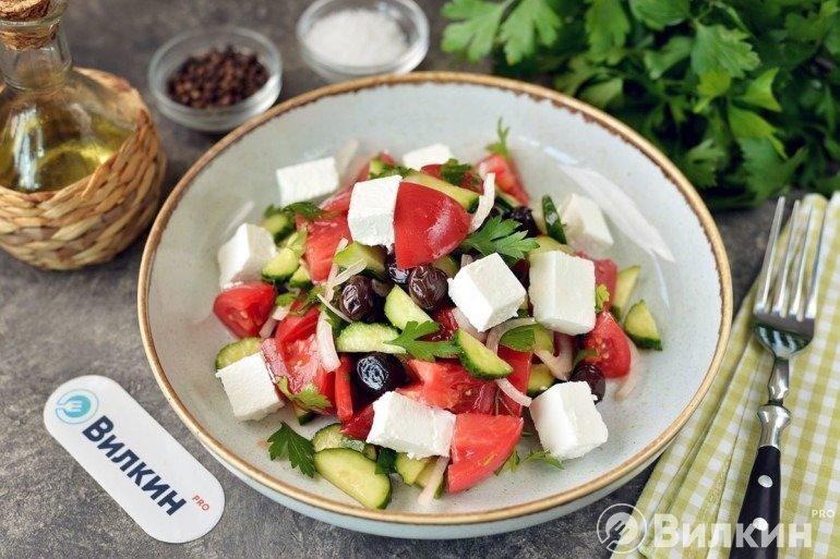 Готовый салат из овощей с фетой