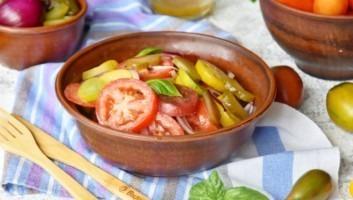 Салат из помидоров с солеными огурцами и красным луком