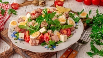 Салат с консервированным тунцом и перепелиными яйцами