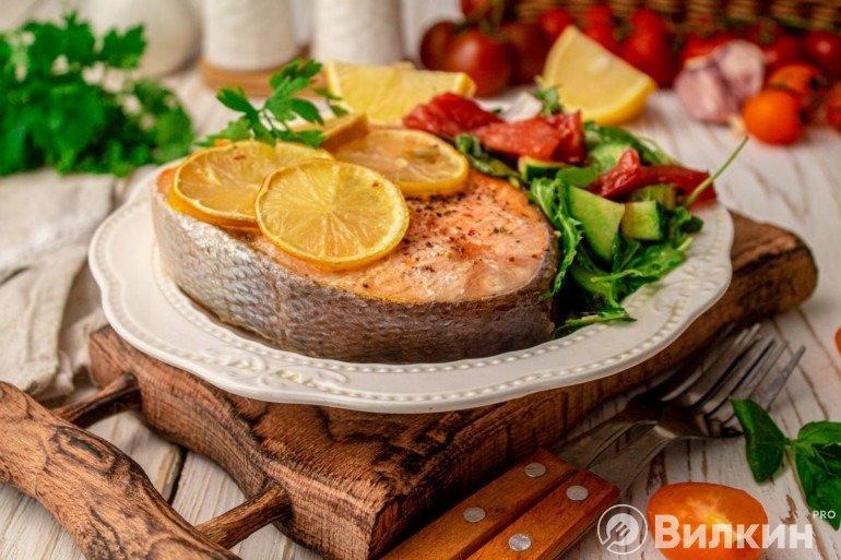 Подача запеченной семги с лимоном с салатом из овощей