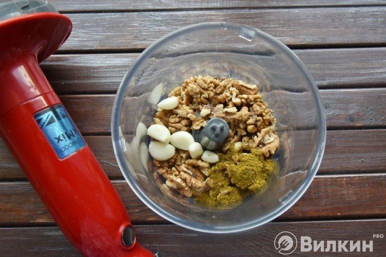 Орехи, чеснок, специи