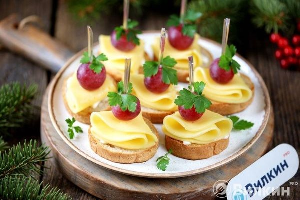 Канапе с виноградом и сыром
