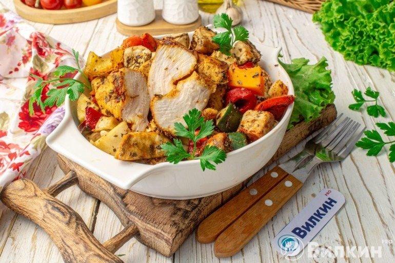 Куриная грудка, запеченная с овощами в духовке