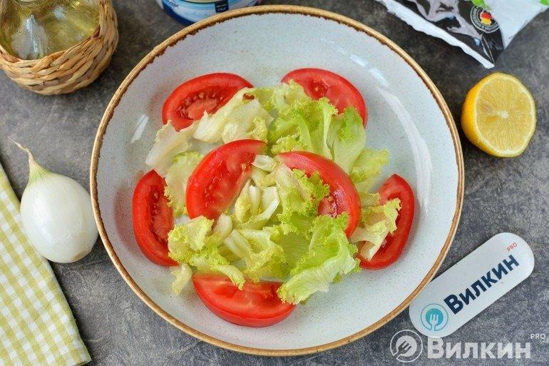 Помидор и салатные листья