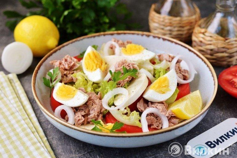 Салат с консервированным тунцом, яйцом и сыром