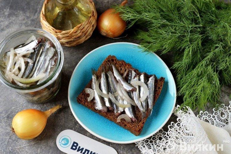 Подача соленой кильки с хлебом
