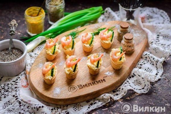Тарталетки с креветками, сыром и огурцом