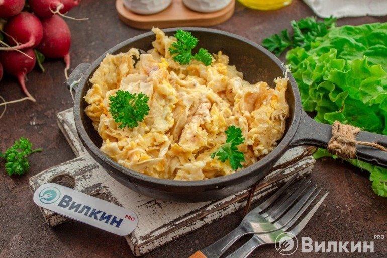 Лаваш с яйцом и сыром на сковороде